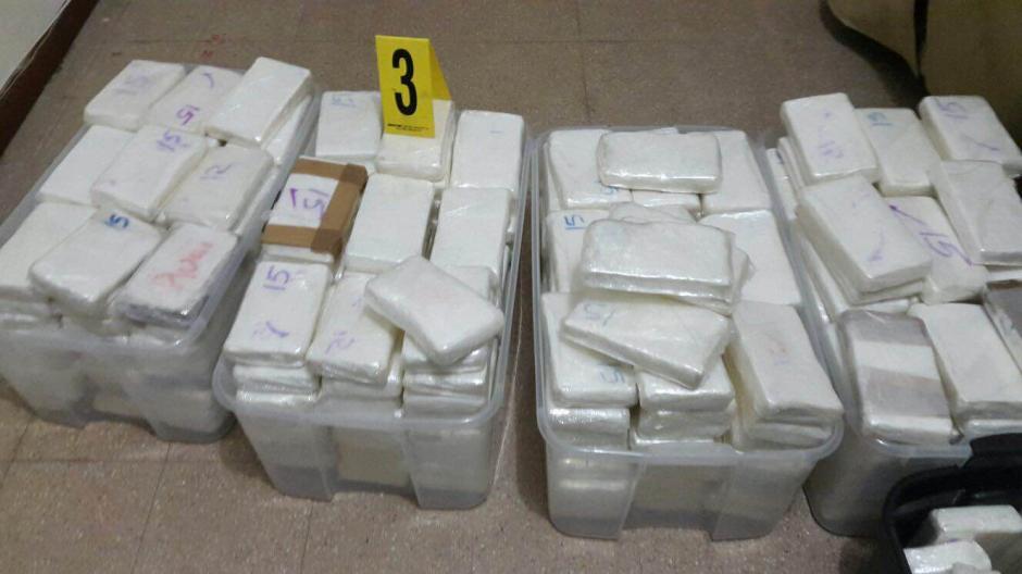 Varios paquetes de cocaína fueron localizados en la vivienda ubicada en un lujoso residencial de la carretera a El Salvador. (Foto: MP)