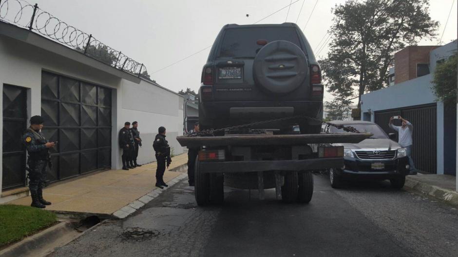 La PNC traslada los vehículos que fueron incautados. (Foto: PNC)