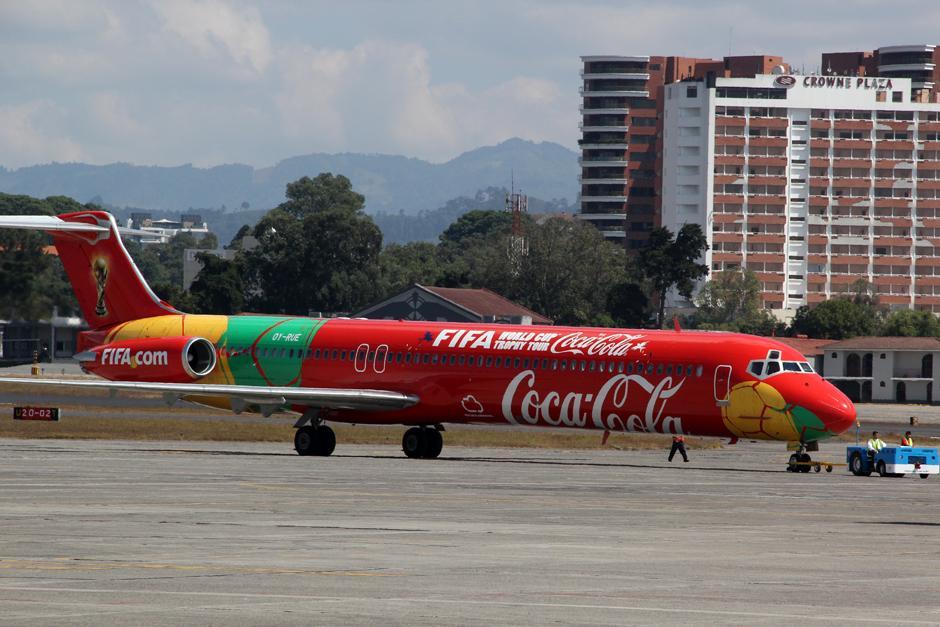 En este avión viaja la Copa del Mundo en el Tour Coca Cola 2014, y unas 70 personas lo acompañan por todo el Mundo. (Foto: Luis Barrios/Soy502)