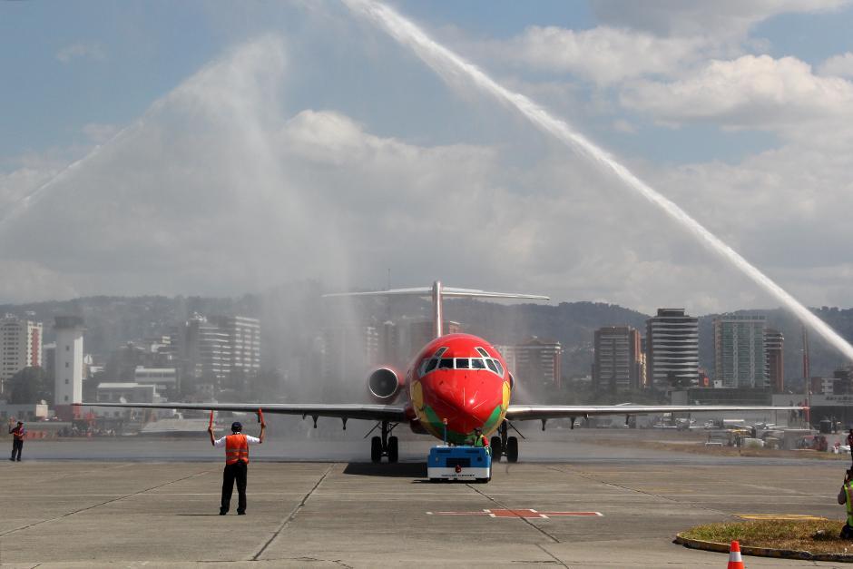 El avión que transporta la Copa del Mundo fue bautizado por dos motobombas, por ser la primera vez que visita Guatemala. (Foto: Luis Barrios/Soy502)