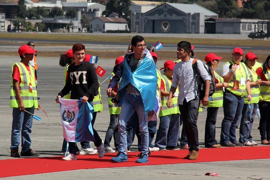Los ganadores del sorteo que realizó Coca Cola a nivel nacional, acompañaron el recorrido de la Copa del Mundo desde Venezuela hasta Guatemala. (Foto: Luis Barrios/Soy502)