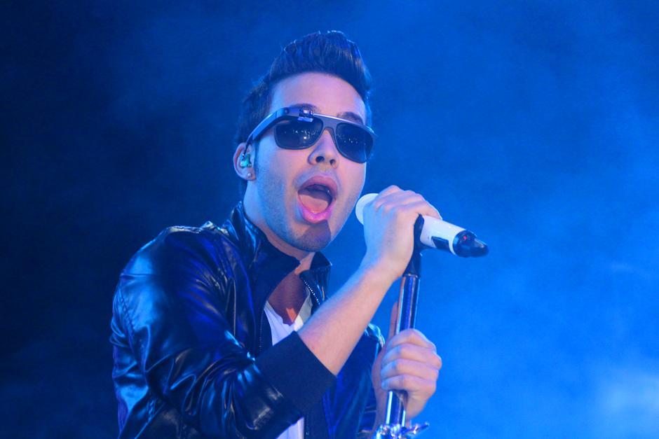 Luciendo gafas con una pequeña videocámara en ellos, Prince Royce comenzó su show en el Puerto San José. (Foto: Luis Barrios/Soy502)