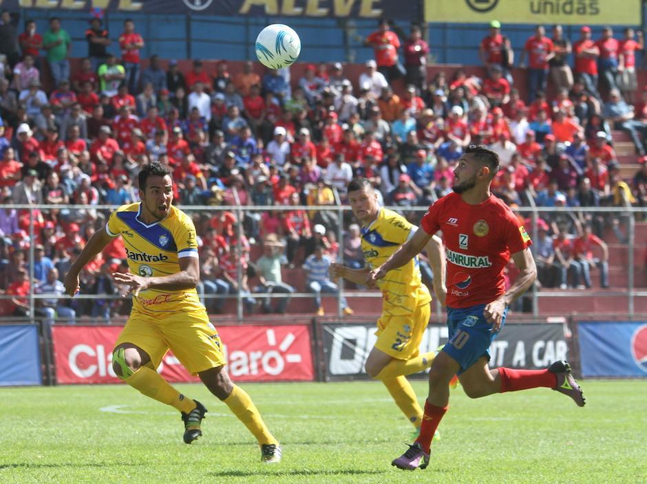 Danygol pelea todos los balones y es letal en el área rival.  (Foto: Luis Barrios/Soy502)