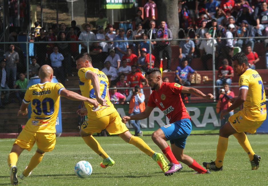 Guerra le dio el triunfo a los Rojos frente a Cobán en el último juego.  (Foto: Luis Barrios/Soy502)