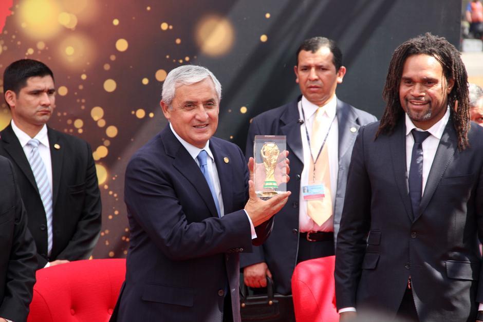 El presidente, Otto Pérez, recibe una pequeña réplica del trofeo de la Copa del Mundo. (Foto: Luis Barrios/Soy502)