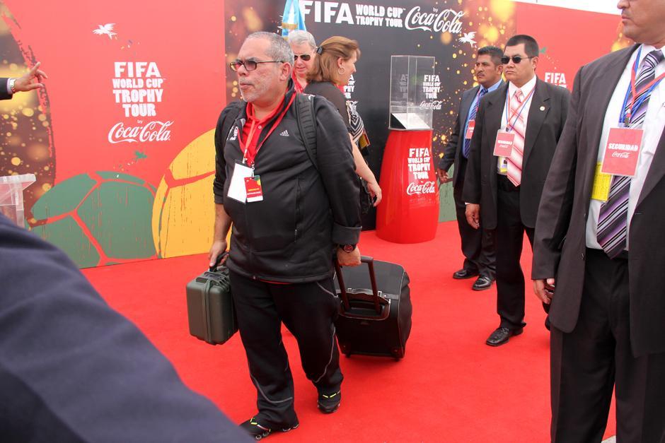 Una persona transporta en la maleta grande la Copa del Mundo y en la pequeña la llave y el mecanismo de seguridad del trofeo. (Foto: Luis Barrios/Soy502)