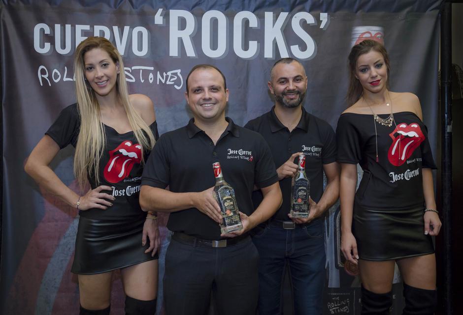 Eduardo Castro, gerente comercial de Distribuidora Alcazarén y Héctor García, gerente de Licores Distribuidora Alcazarén, muestran la nueva botella de José Cuervo.  (Foto: George Rojas/ Soy502)