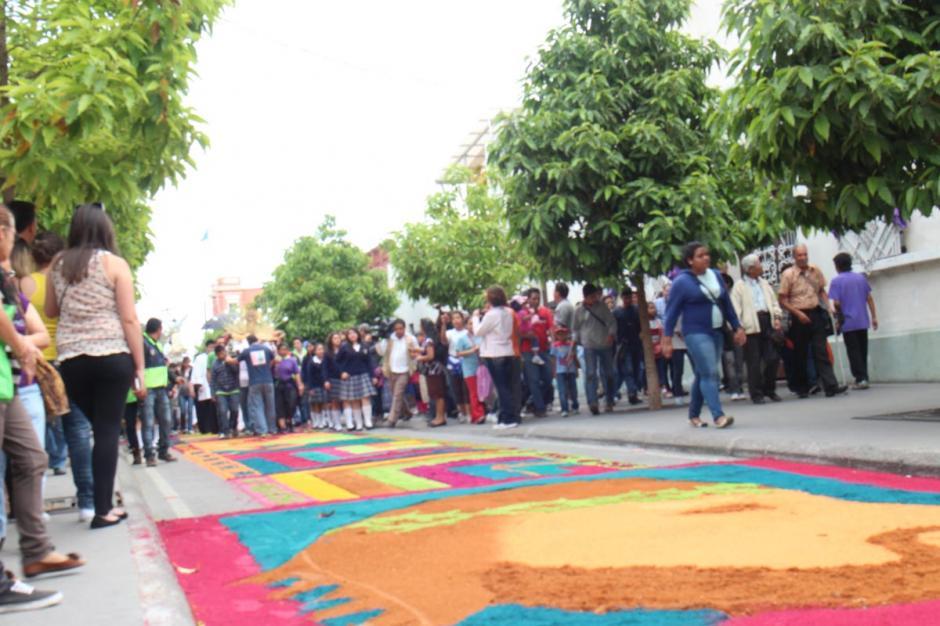 Una colorida alfombra de más de 2 kilómetros es una nueva marca mundial. (Foto: José Dávila/Soy502)