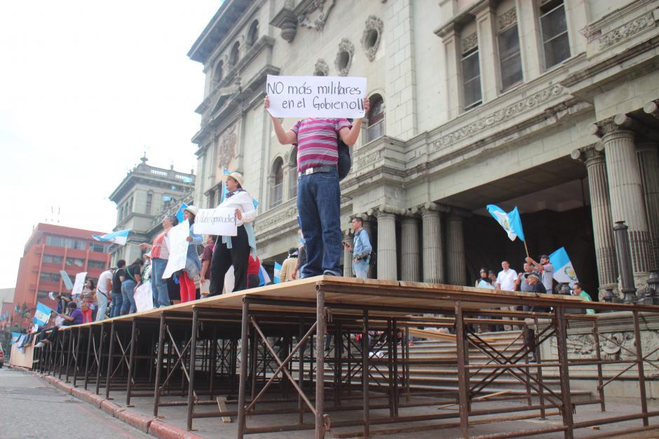 La tarima que fue instalada frente al Palacio Nacional para celebrar el 15 de septiembre sirvió de plataforma a los manifestantes. (Foto: Alejandro Balan/Soy502)