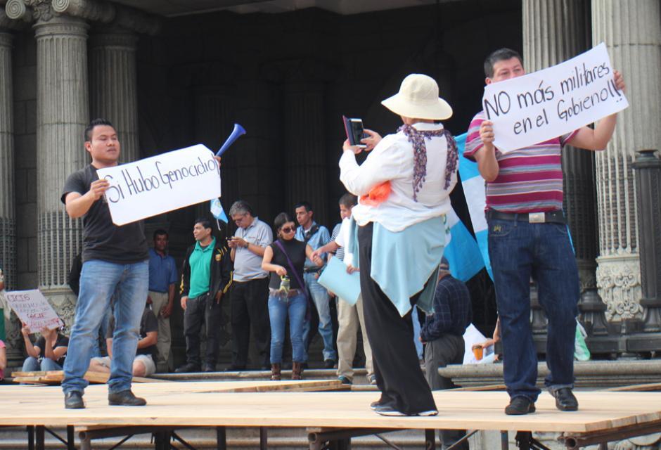 Con carteles y consignas, los manifestantes se hicieron escuchar frente al Palacio Nacional. (Foto: Alejandro Balan/Soy502)