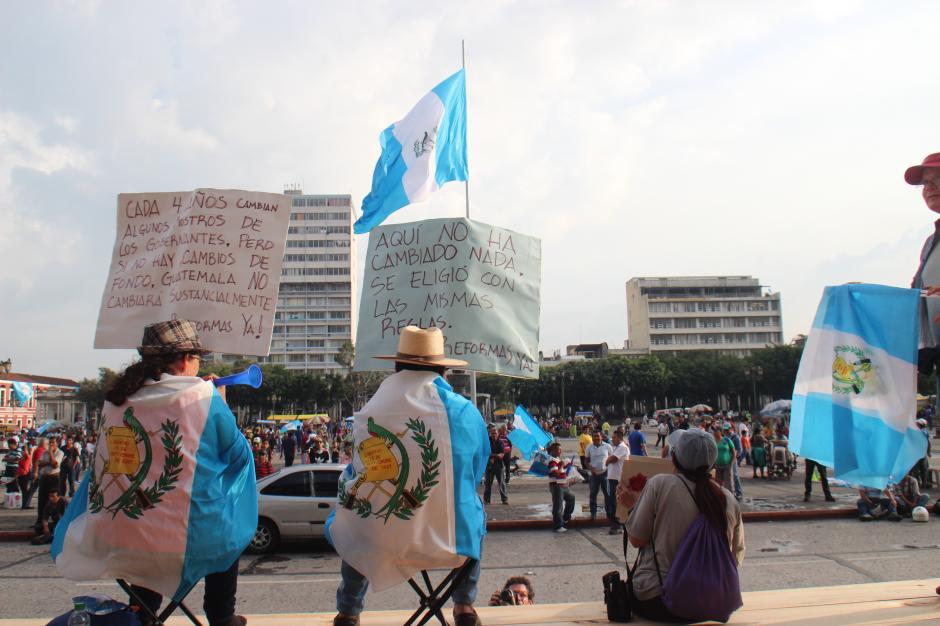 Un grupo de inconformes llegó nuevamente a la Plaza de la Constitución a exigir reformas profundas a la ley electoral y de partidos políticos, luego de los comicios en Guatemala. (Foto: Alejandro Balan/Soy502)