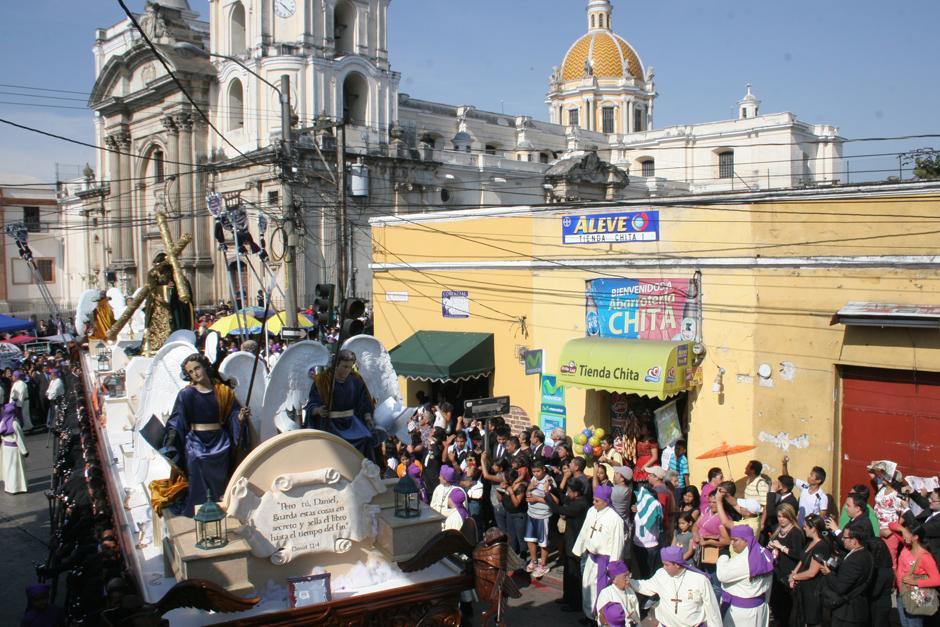 Las populares calles y avenidas de la zona 1 recibieron esta procesión