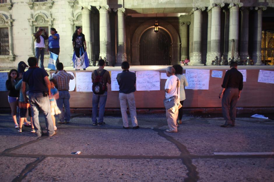 Ya caída la tarde el grupo de manifestantes seguía presente frente al Palacio Nacional. (Foto: Alejandro Balan/Soy502)