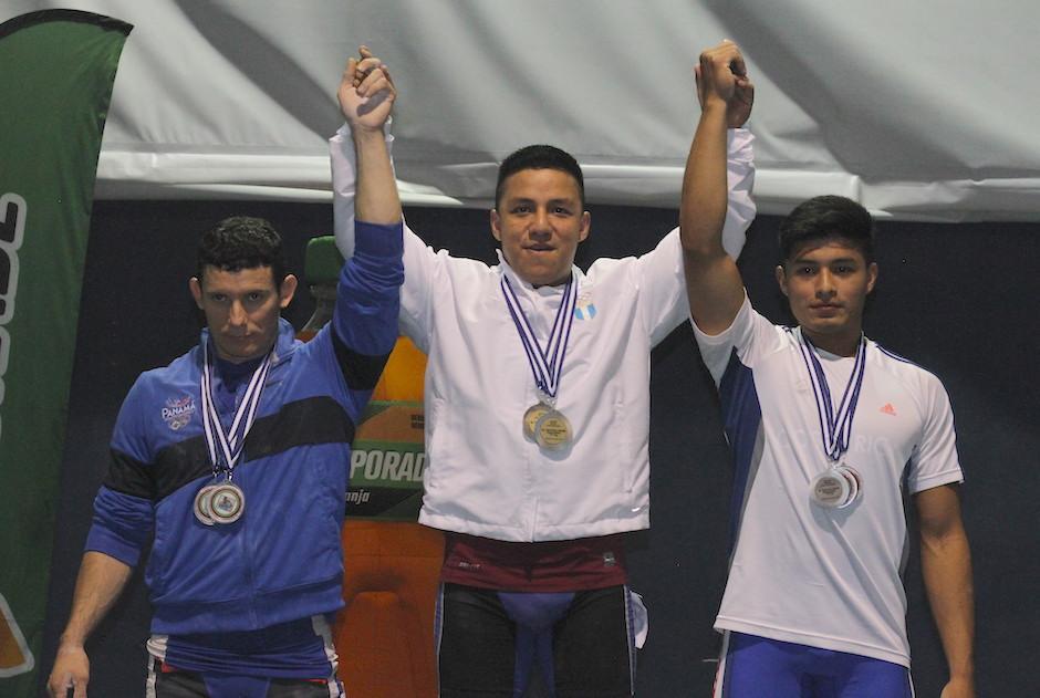 En lo más alto del podio Óscar Valdizón de Guatemala. (Foto: Luis Barrios/Soy502)