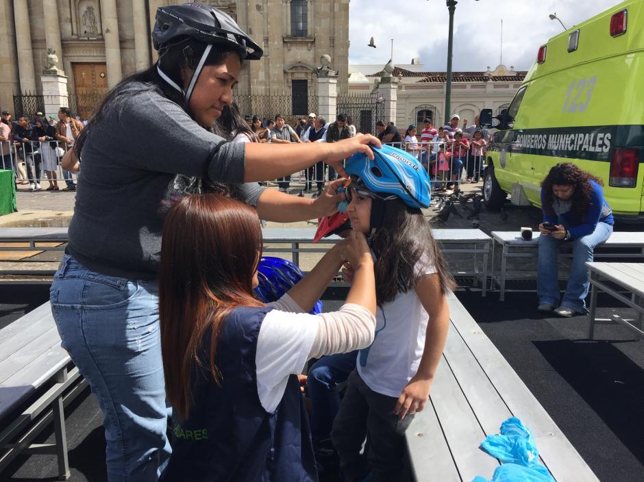 Todos los que suben a la pista de hielo deben colocarse un casco protector. (Foto: Evelyn de León/Soy502)