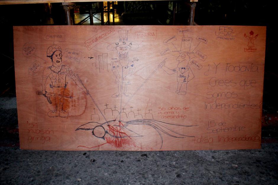 En una de las tablas, manifestantes dejaron plasmado un dibujo comentando de forma crítica la independencia de Guatemala. (Foto: Alejandro Balan/Soy502)