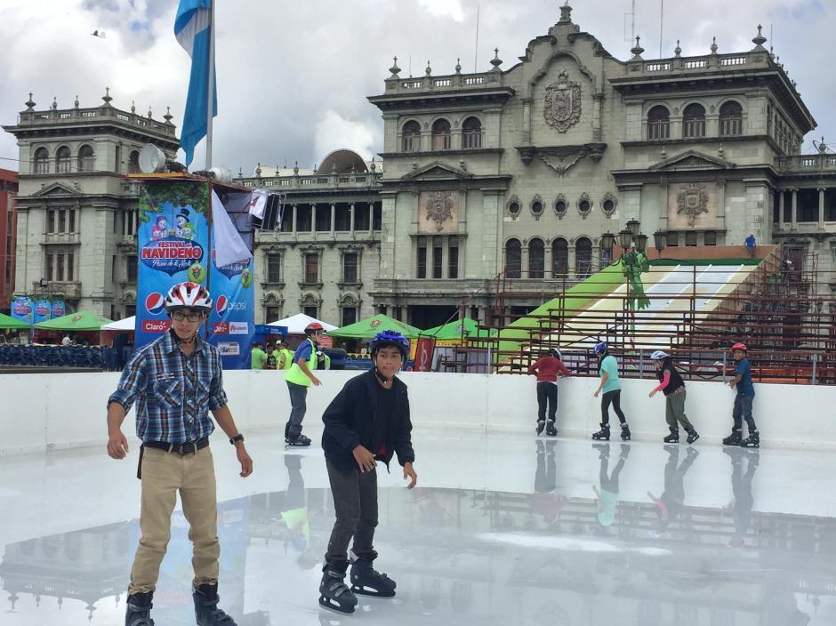 En la famosa pista de hielo pueden permanecer al mismo tiempo hasta 200 personas. (Foto: Evelyn de León/Soy502)