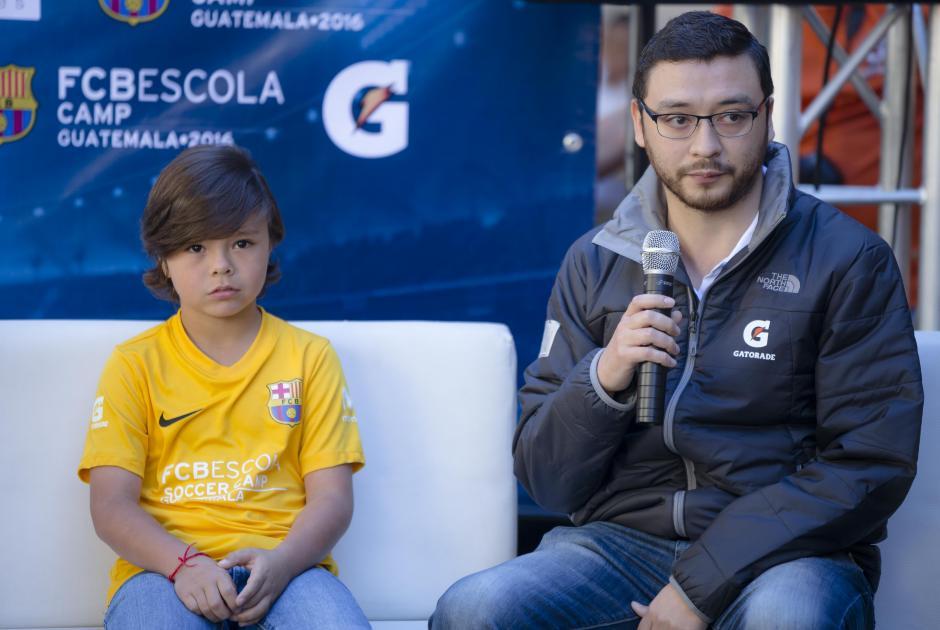 Jorge Mena, gerente de marca de Gatorade, junto a Nicolás, uno de los ganadores de #SoyElPróximo. (Foto: George Rojas/Soy502)