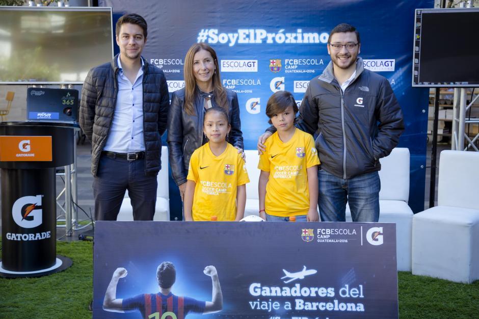 Representantes de FCB Escola Guatemala, junto a representante de Gatorade y niños ganadores. (Foto: George Rojas/Soy502)