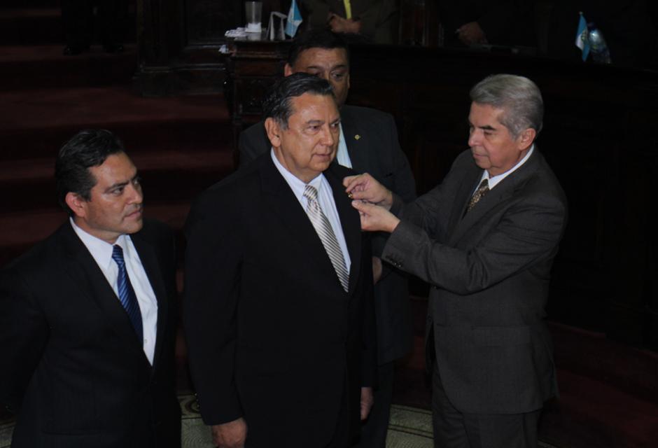 Este es el momento en que el presidente del Congreso le coloca el pin como nuevo Vicepresidente a Alfonso Fuentes. (Foto: Alejandro Balán/Soy502)