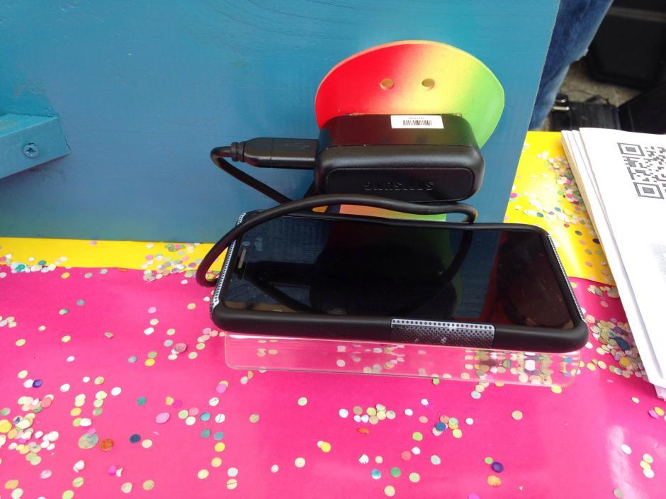 Complementos para sostener el teléfono mientras se carga. (Foto: Fredy hernández/Soy502)