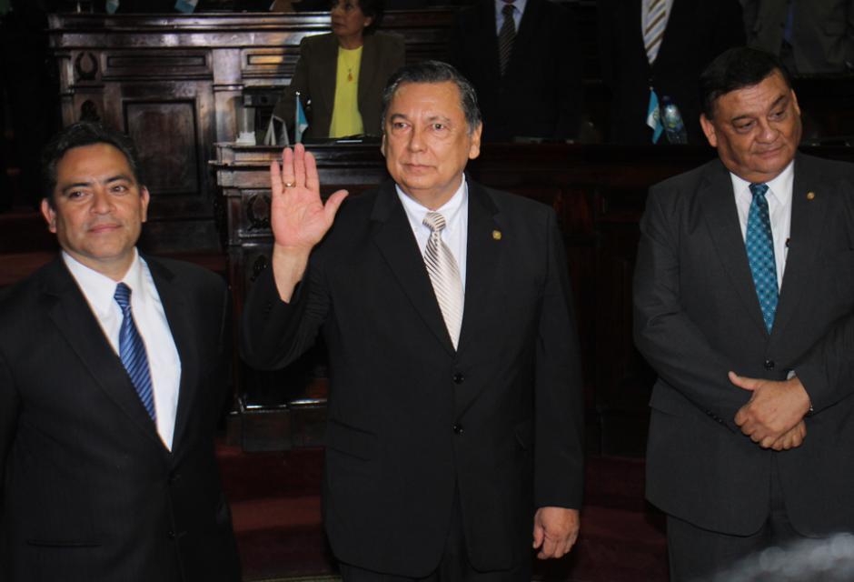 El momento en que Alfonso Fuentes jura como nuevo vicepresidente de la República. (Foto: Alejandro Balán/Soy502)