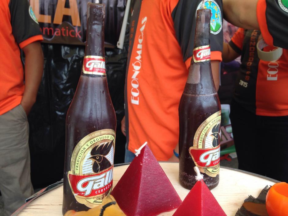 Velas en forma de botellas de cerveza. (Fredy Hernández/Soy502)