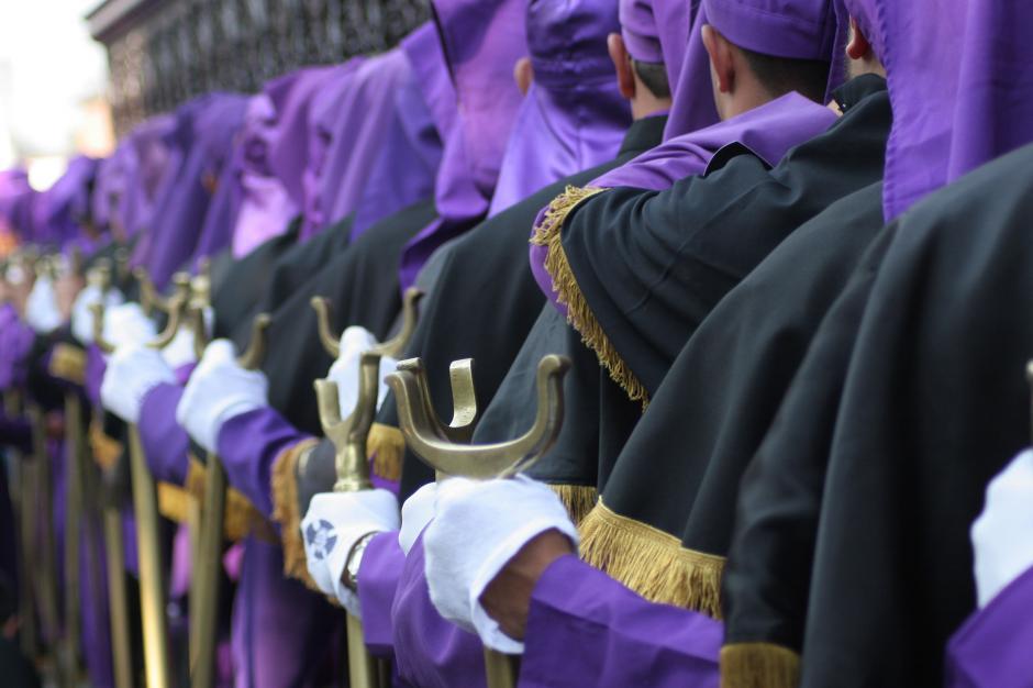 Los colores de la Semana Santa --morado, negro y dorado-- se aprecian en los hombros de los cargadores de Jesús de las Tres Potencias. (Foto: Raúl Illescas).