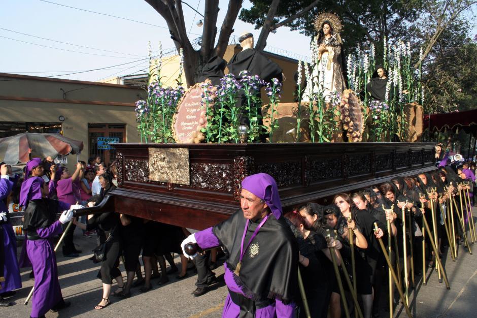 Las mujeres llevan en sus hombros a la madre del Nazareno de las Tres Potencias. (Foto: Raúl Illescas).