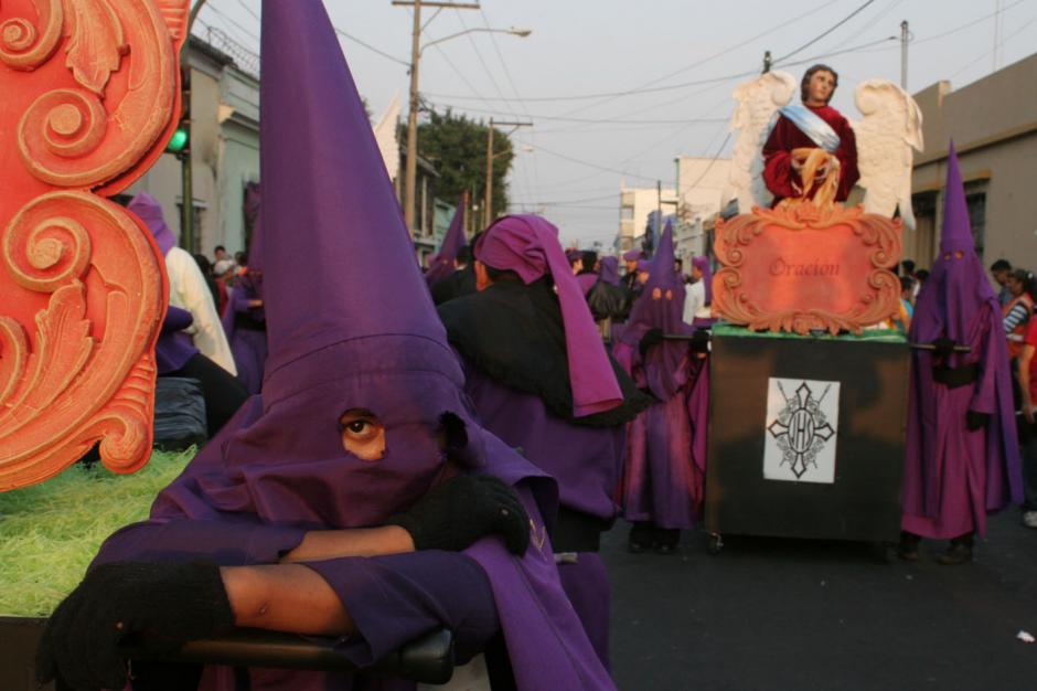 Un cucurucho descansa tras el paso del cortejo solemne de Jesús de las Tres Potencias. (Foto: Raúl Illescas).