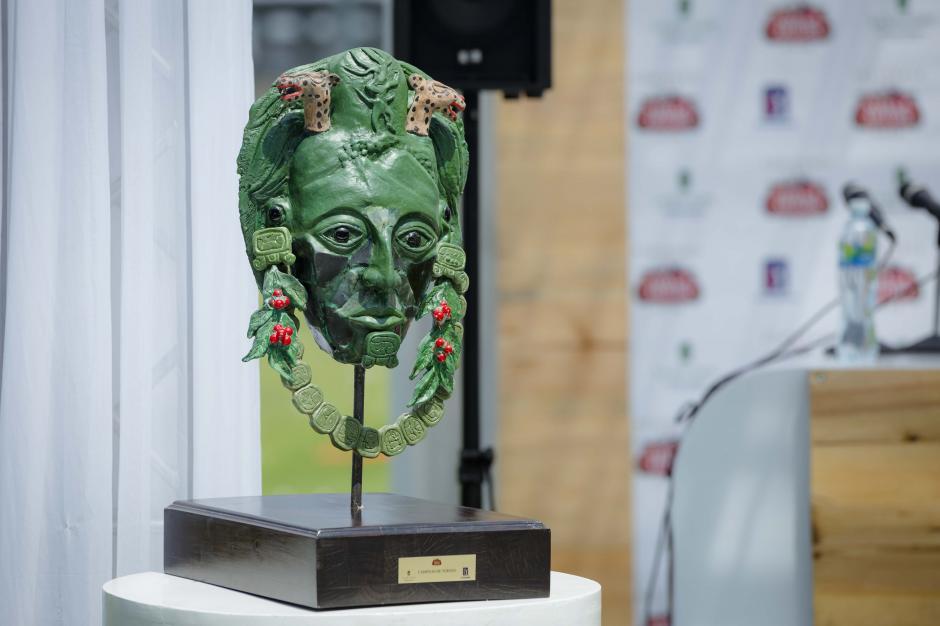 Este es el premio diseñado por el artista guatemalteco Edvin Quisquinay. (Foto: George Rojas/Soy502)