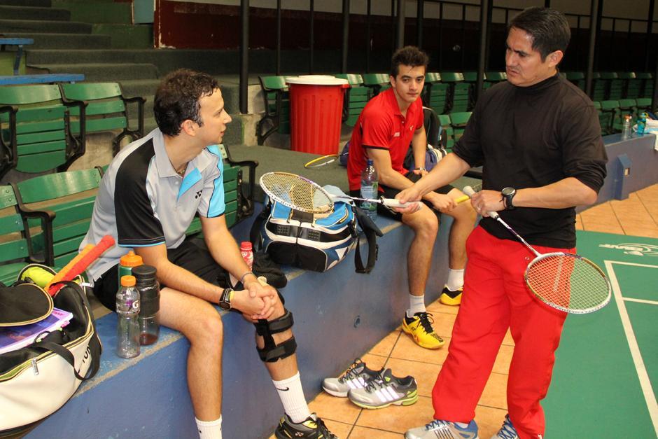 Kevin Cordón y su entrenador José María Solís conversan al concluir la práctica en las instalaciones de la Federación de bádminton. (Foto: Luis Barrios/Soy502)