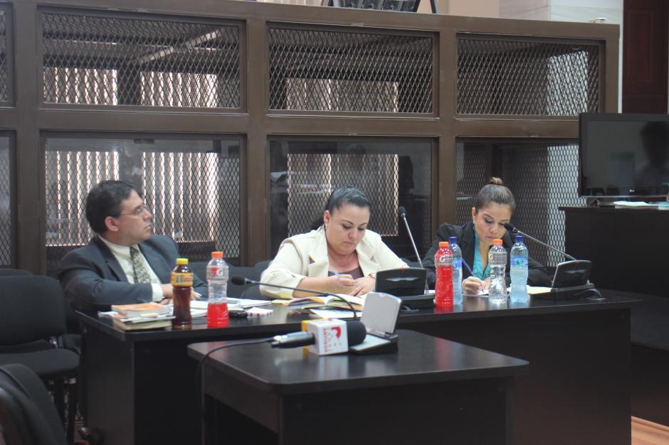 El equipo de defensa de la exfuncionaria Claudia Méndez. (Foto: Jesús Alfonso/Soy502)