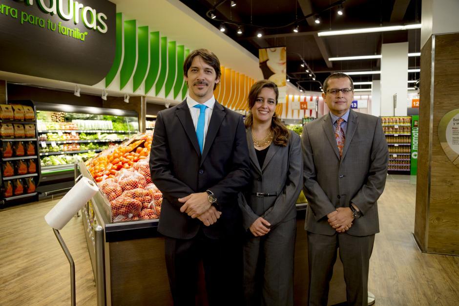 Representantes de La Torre muestran la nueva tienda de zona 14 que ya se encuentra abierta al público.(Foto: George Rojas / Soy502)