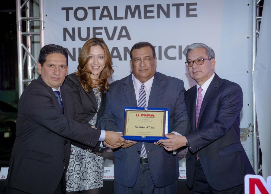 Representantes de Excel Automotriz y Nissan recibieron el premio SUV del año 2017 FIPA. (Foto: George rojas/Soy502)