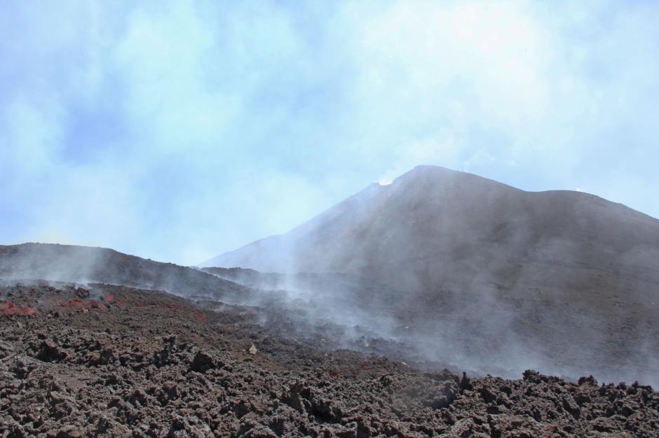 El volcán de Pacaya está soltando gas desde su interior y lanzando fumarolas. (Foto: Esteban Biba/Soy502)