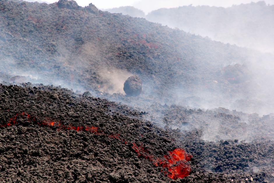 El flujo de lava hace que las piedras se separen creando avalanchas en las faldas del volcán. (Foto: Esteban Biba/Soy502)