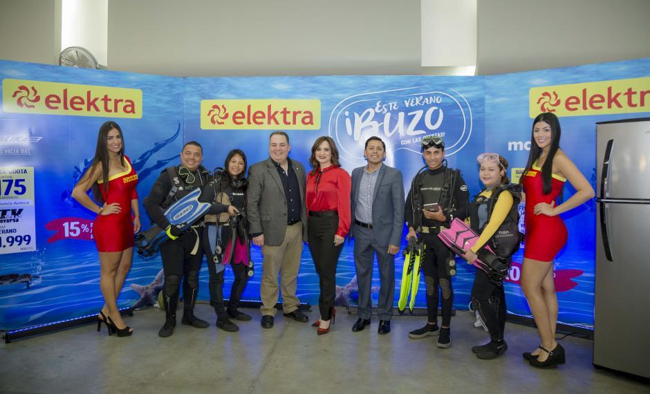 Representantes de Tiendas Elektra junto a la familia de Buzos Elektra. (Foto: George Rojas/Soy502)