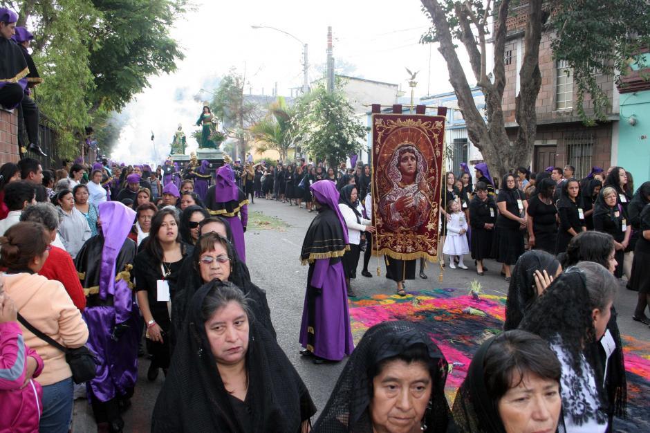 Miles de fieles acompañan el cortejo por las calles del Centro Histórico de la capital guatemalteca. (Foto: Raúl Illescas/Soy502)