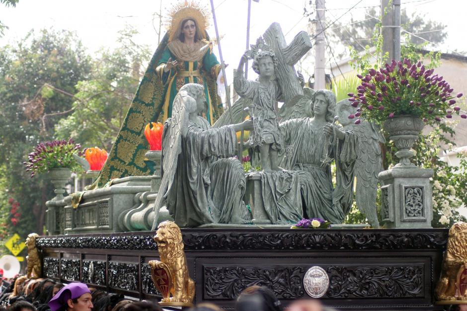 El cortejo es siempre acompañado por la imagen de la Vírgen. (Foto: Raúl Illescas/Soy502)