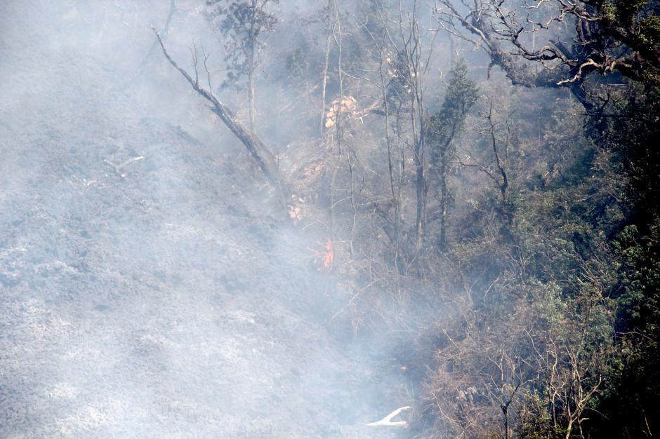 La lava está creando incendios en la vegetación cercana. (Foto: Esteban Biba/Soy502)