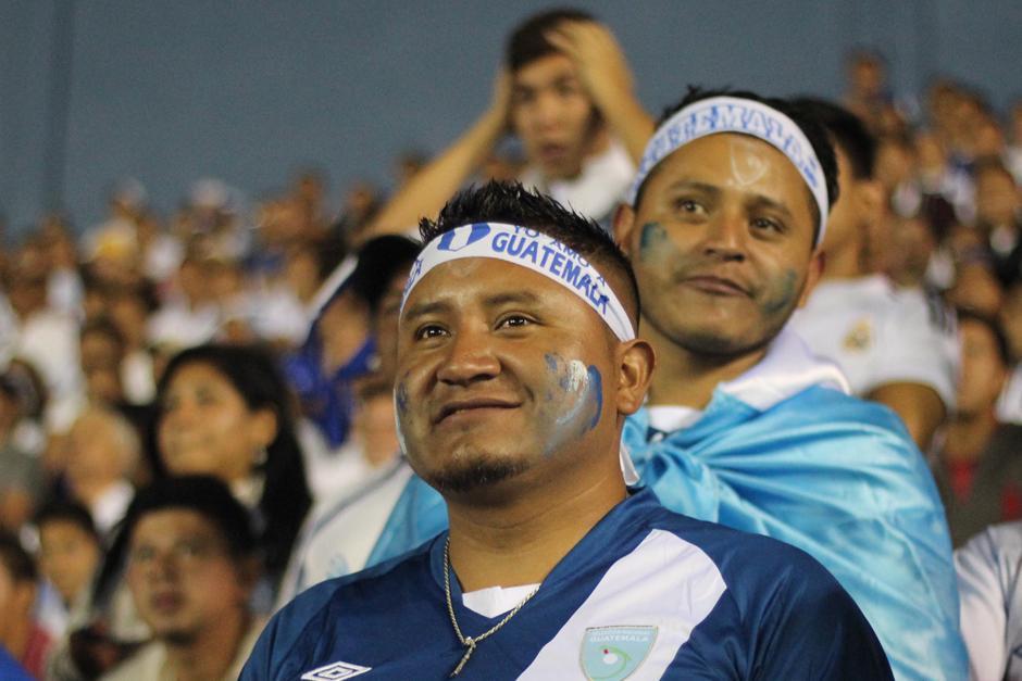 Caras pintadas y bandas en la cabeza, el toque infaltable en el Mateo Flores. (Foto: José Dávila/Soy502)