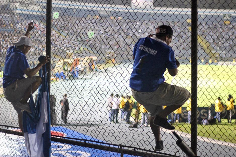 Algunos no acataron las reglas y se subieron a la malla del Mateo Flores. (Foto: José Dávila/Soy502)