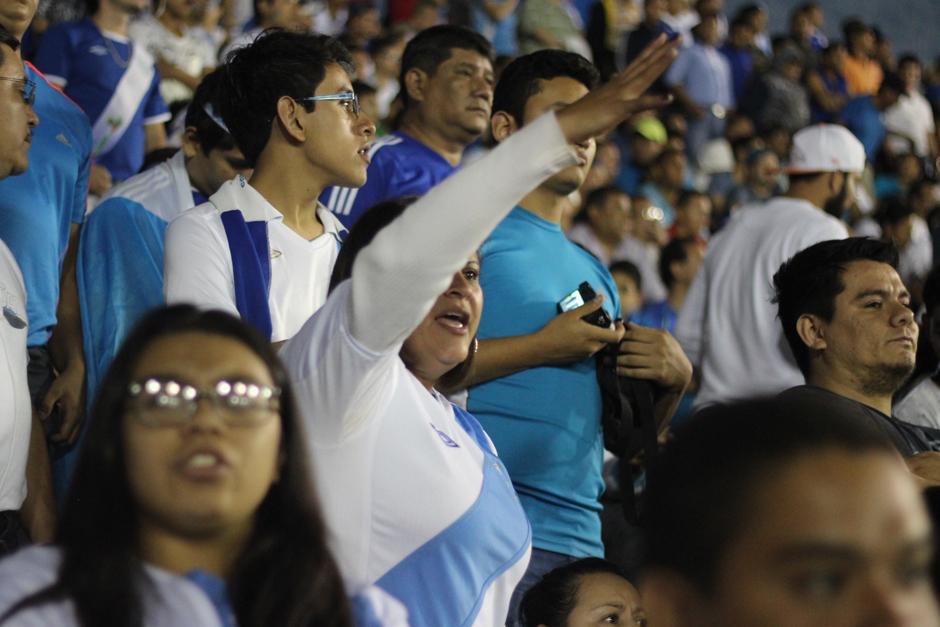 Las mujeres también estuvieron encendidas durante el juego. (Foto: José Dávila/Soy502)