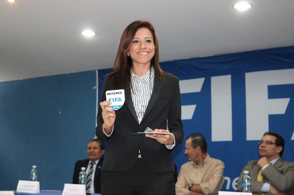 Carol Oliva luce orgullosa su gafete internacional FIFA. (Foto: Fedefutbol)