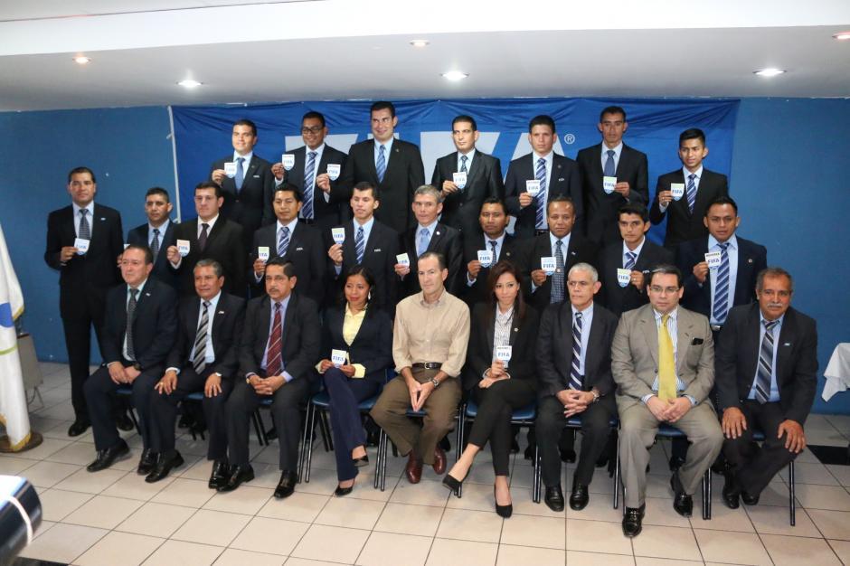 Carol Oliva, en la foto de grupo de los 21 árbitros guatemaltecos que recibieron el gafete internacional FIFA. (Foto: Fefefutbol)