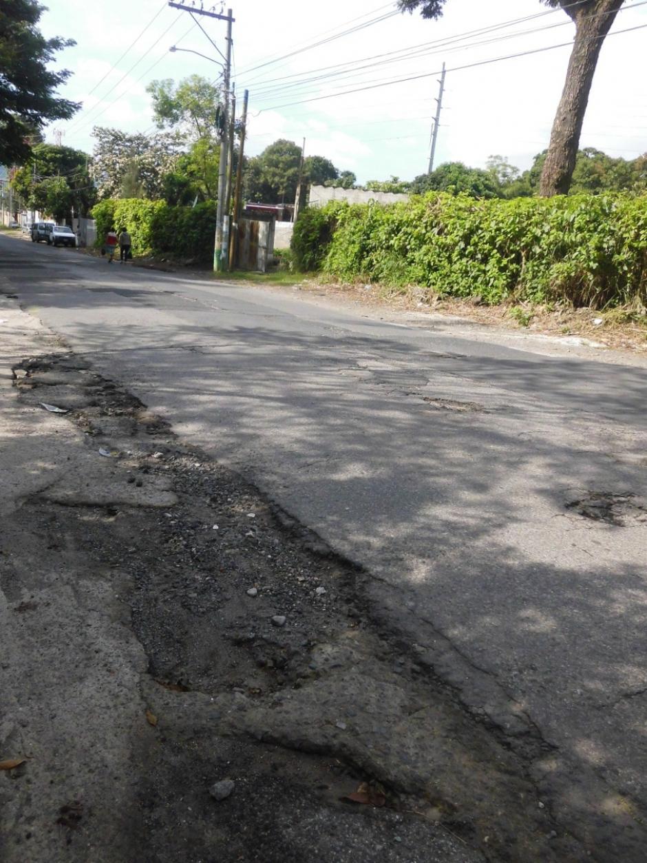 Los daños se extienden hasta la vía en la que se ingresa a la playa del Lago de Amatitlán. (Foto: Adopta un Agujero)