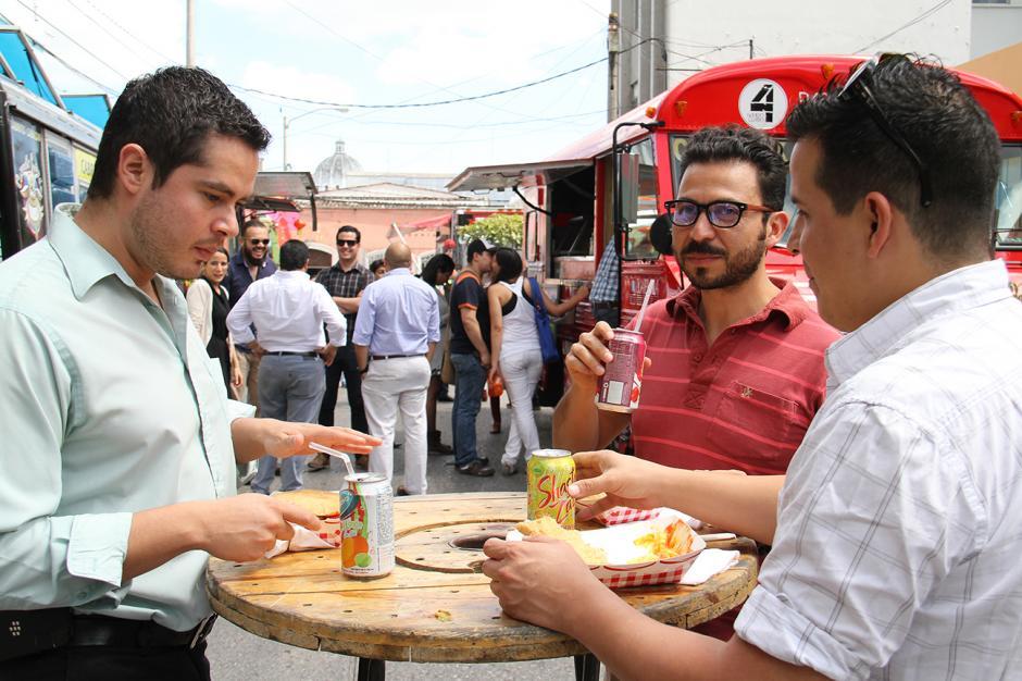 Las personas dejan por un lado el escritorio y salen a comer al callejón de la sexta avenida A de la zona 1, entre 10 y 11 calle. (Foto: Municipalidad de Guatemala)