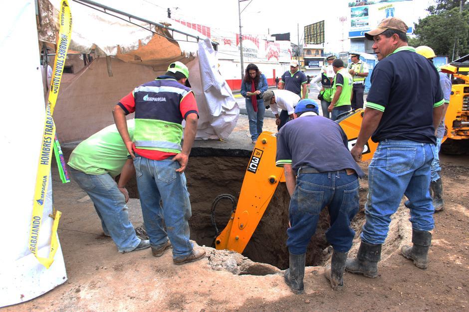 Conred también trabajó en el lugar para reparar el agujero que se formó en la zona 6. (Foto: Alejandro Balán/Soy502)