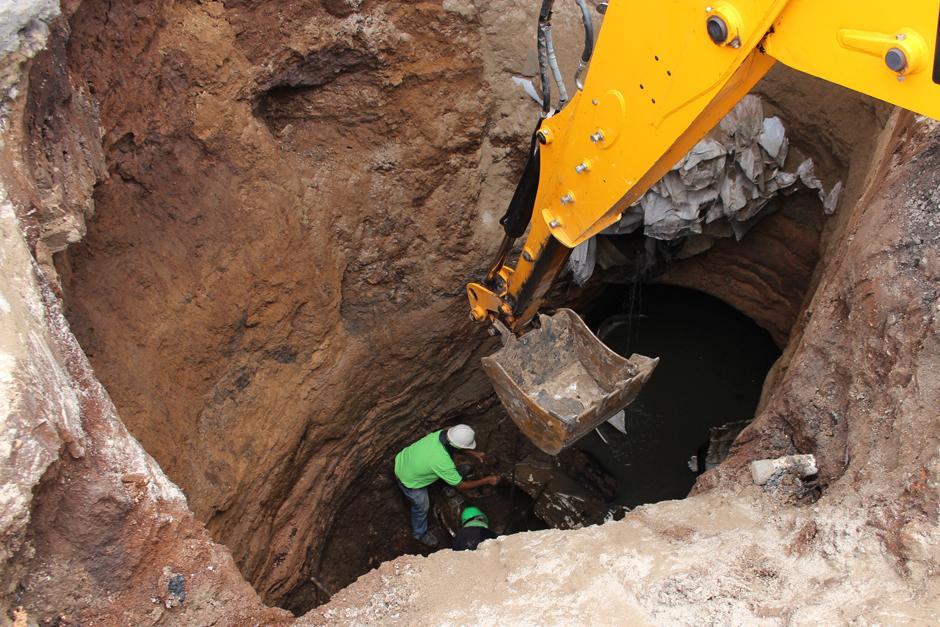 El agujero tiene unos ocho metros de profundidad. (Foto: Alejandro Balán/Soy502)